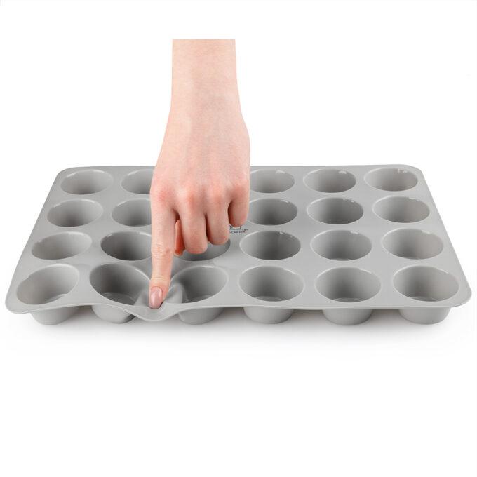 Finger auf 24er Flexi Muffinblech