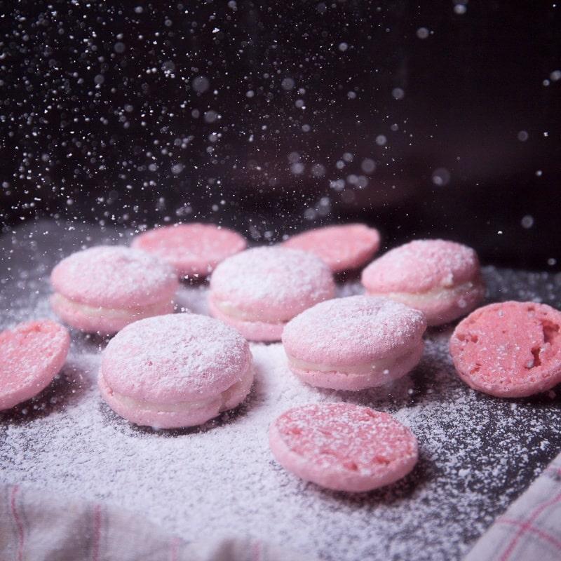 zuckersüße pinke Macarons mit Puderzucker