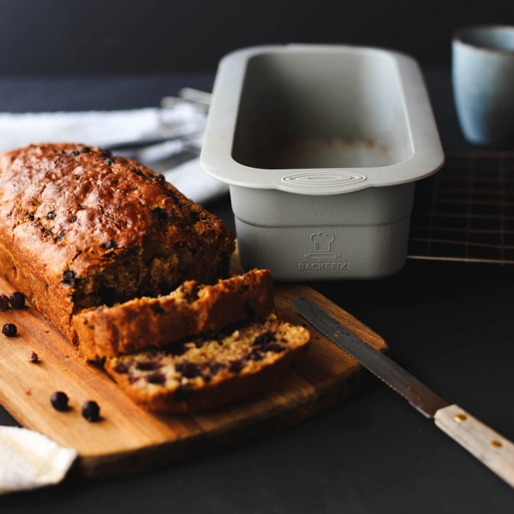 mittlere Brotbackform neben aufgeschnittenem Kuchen