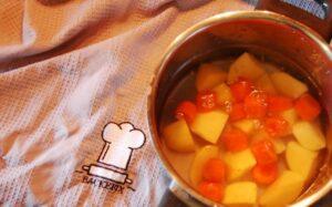 Möhren und Kartoffeln im Topf