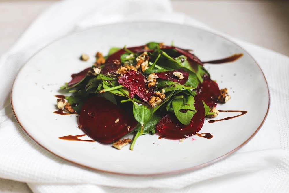 Rote Beete Spinat Salat mit Balsamico und Nüssen