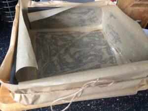 eingefettete Kastenform mit Backeinlage