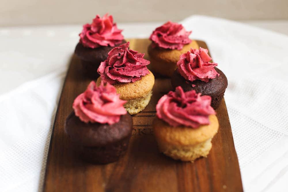 Vanille und Schoko Cupcakes mit Himbeer und Blaubeer Buttercreme