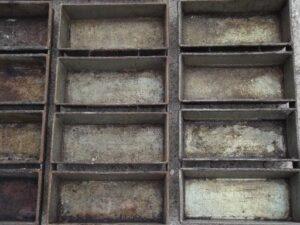 alte Brotbackformen mit kaputter Antihaftschicht