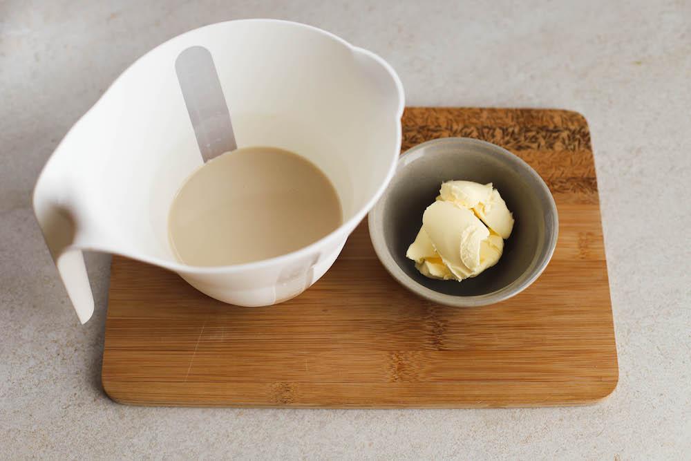 Margarine und Milch für vegane Hefebrötchen