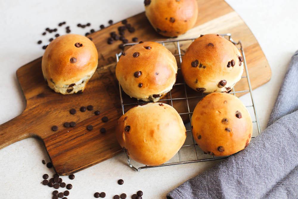 vegane Hefebrötchen auf Holzplatte mit Schokolade
