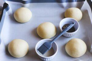 Hamburger Brötchen auf Silikon Backmatte mit Backpinsel