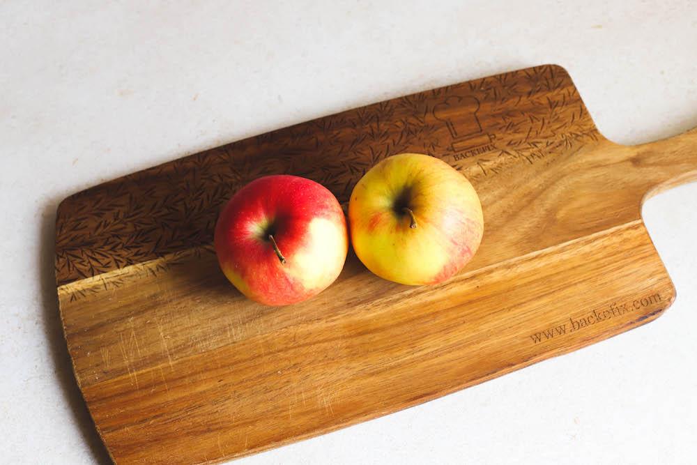 zwei Äpfel auf Holzbrett
