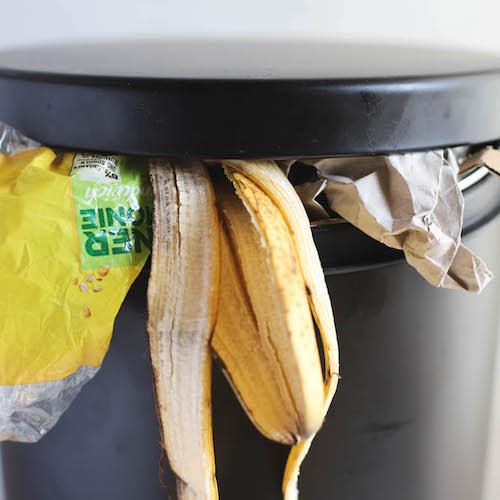 Abfall in einem Mülleimer