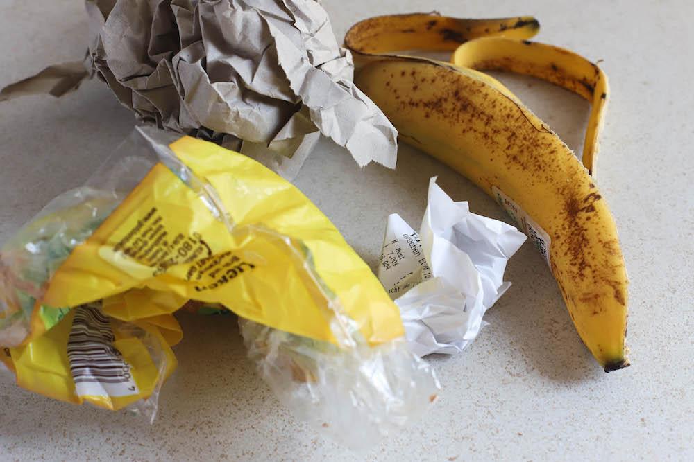Banananeschale, Plastikmüll und Papiermüll gelber Sack