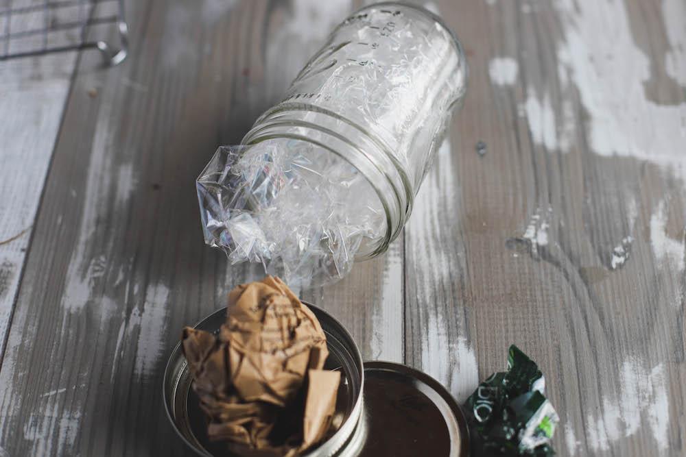Plastikmüll und Papiermüll Mason Jar
