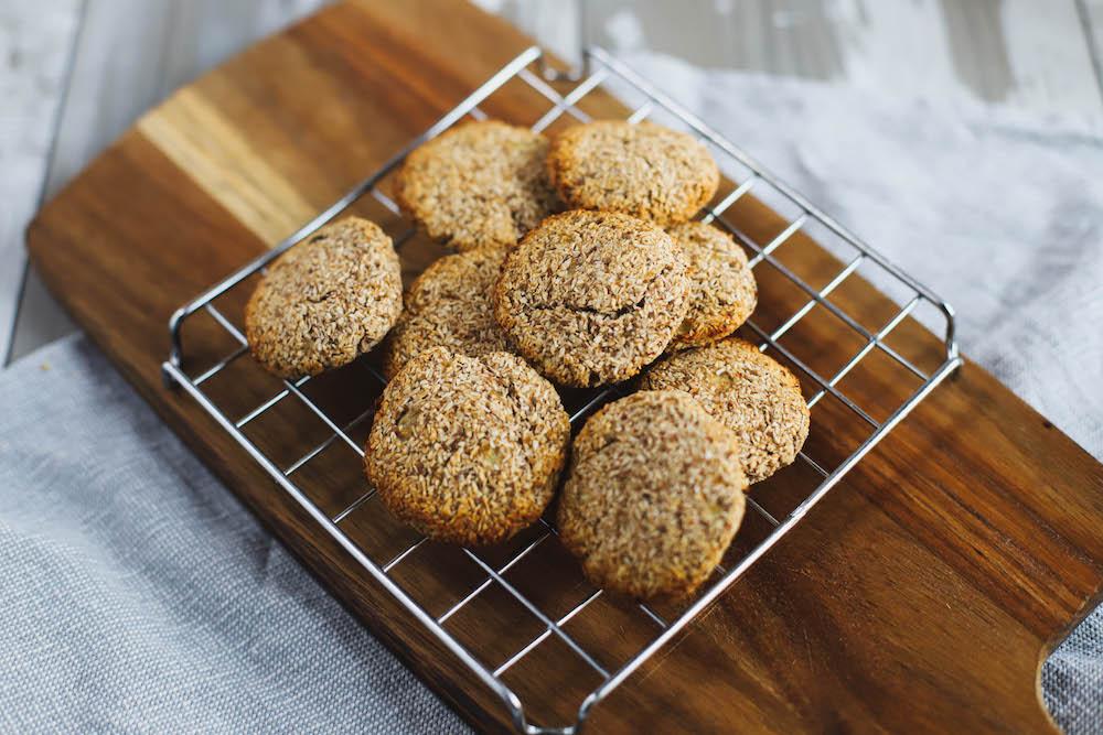 vegane Low Carb Kekse auf Gitter