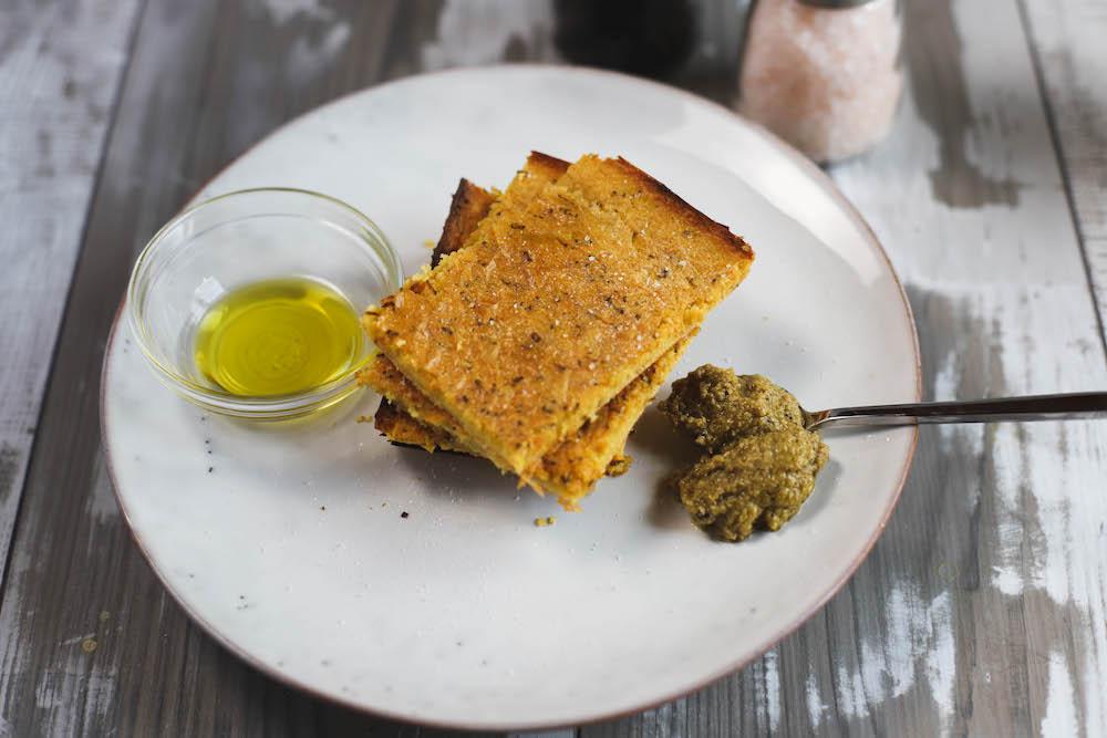 veganes Kichererbsenmehl Brot mit Olivenpaste und Olivenöl