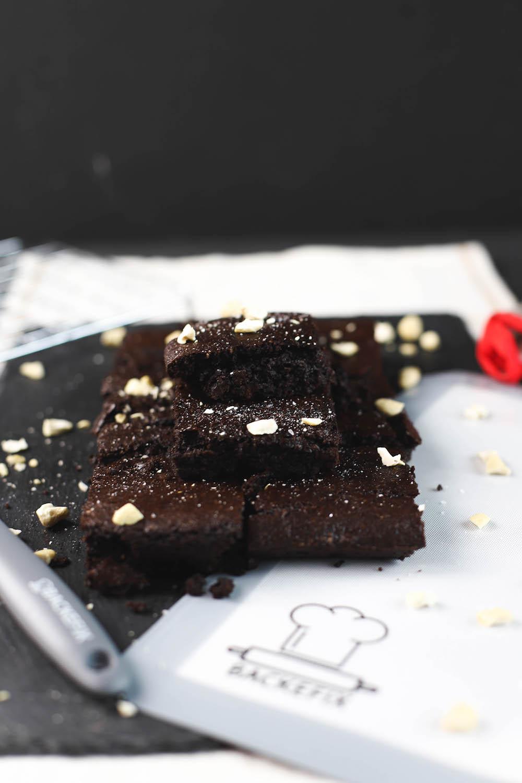 Gesunde Brownies mit Nüssen garniert