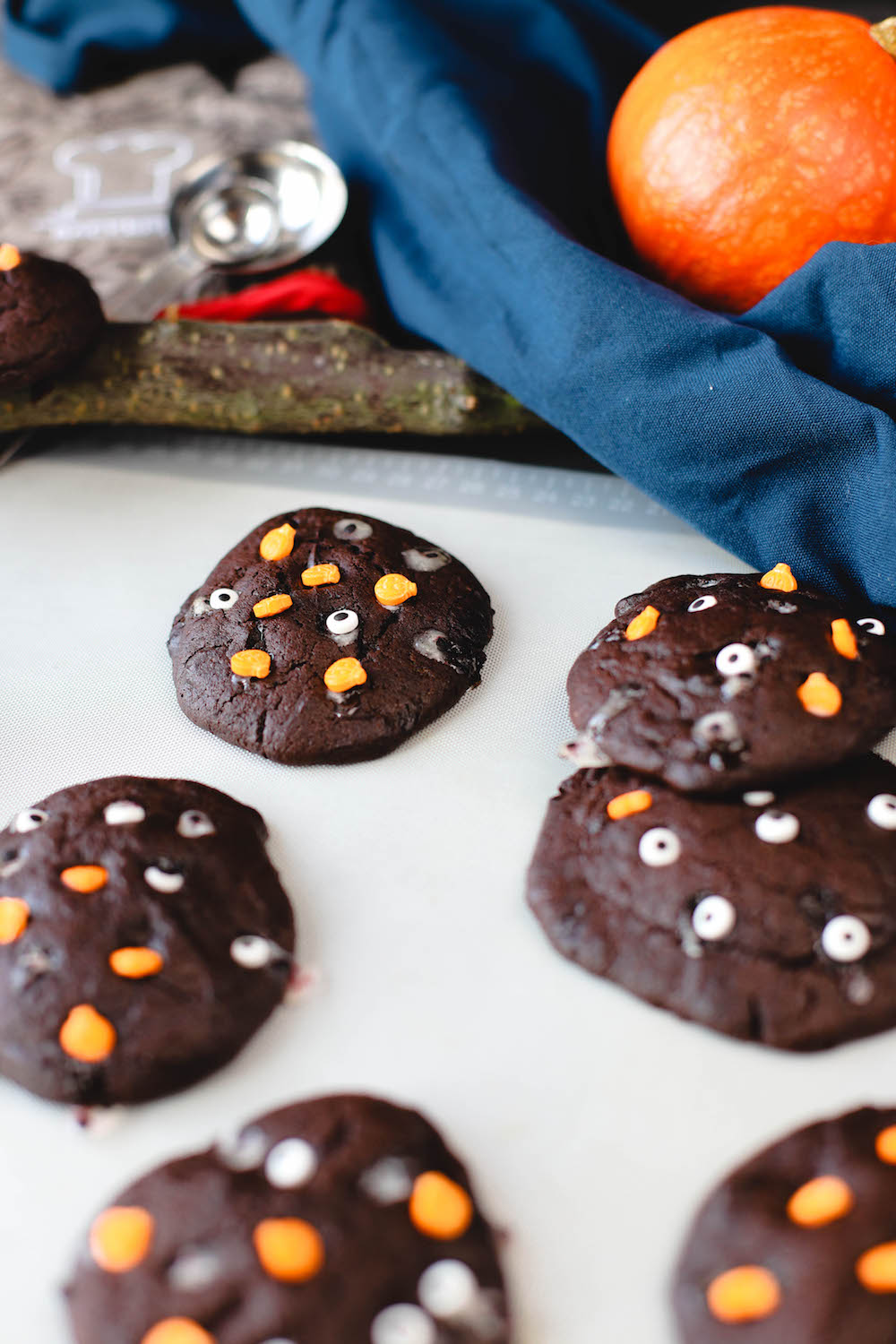 Vegane Schoko Cookies mit Halloween Dekoration auf Backmatte von Backefix