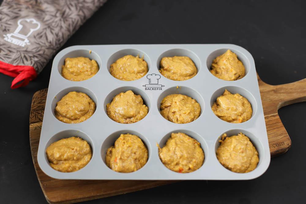 Teig von veganen Kürbiscupcakes in Muffinform