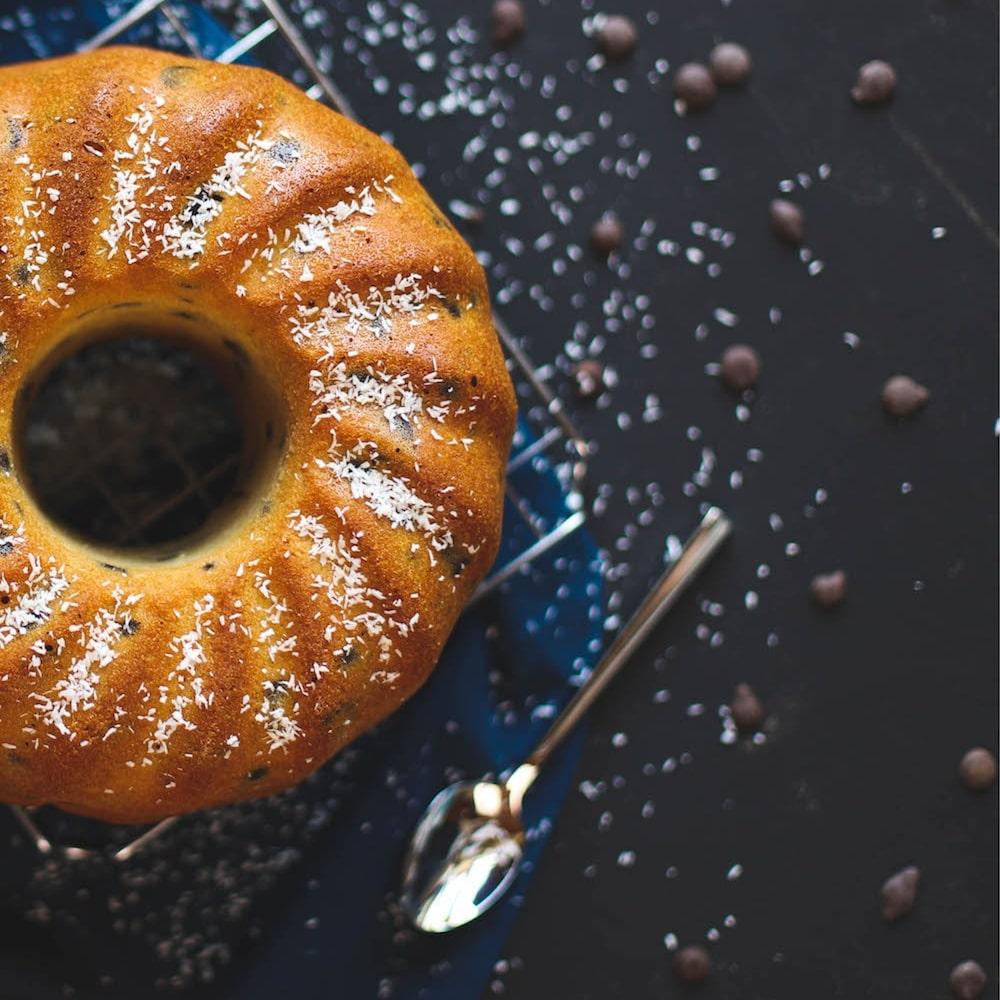 Gugelhupf mit Puderzucker bestreut und Kaffebohnen