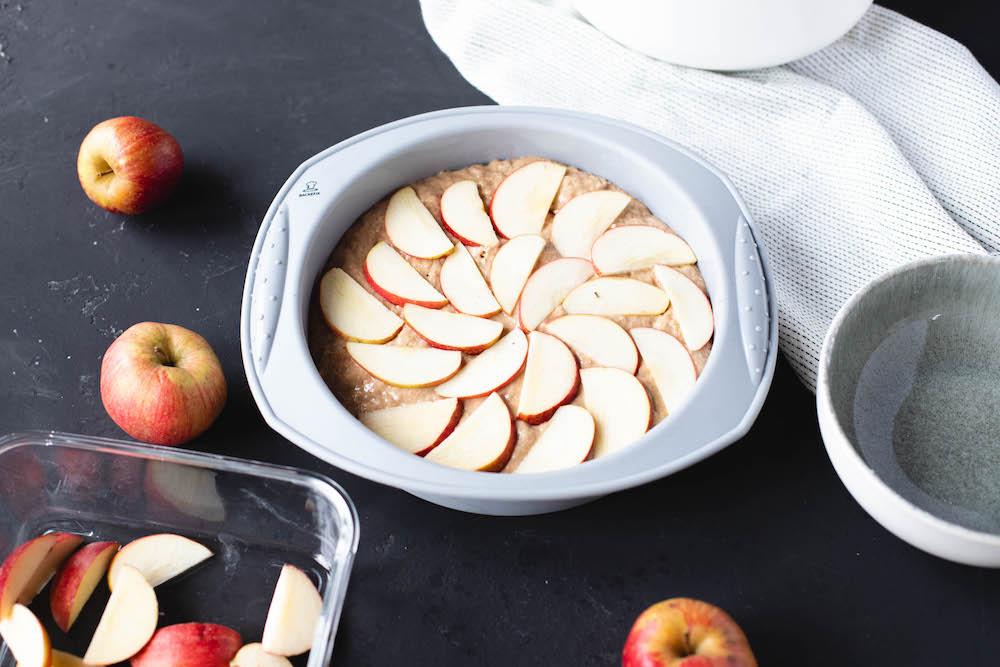 veganer Apfelkuchen in runden Silikonform von Backefix