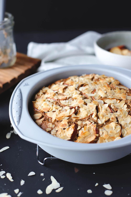 veganer Apfelkuchen aus der runden Silikonform von Backefix