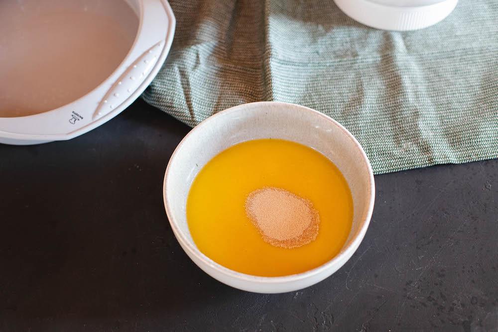 veganer Bienenstich in runder Kuchenform aus Silikon